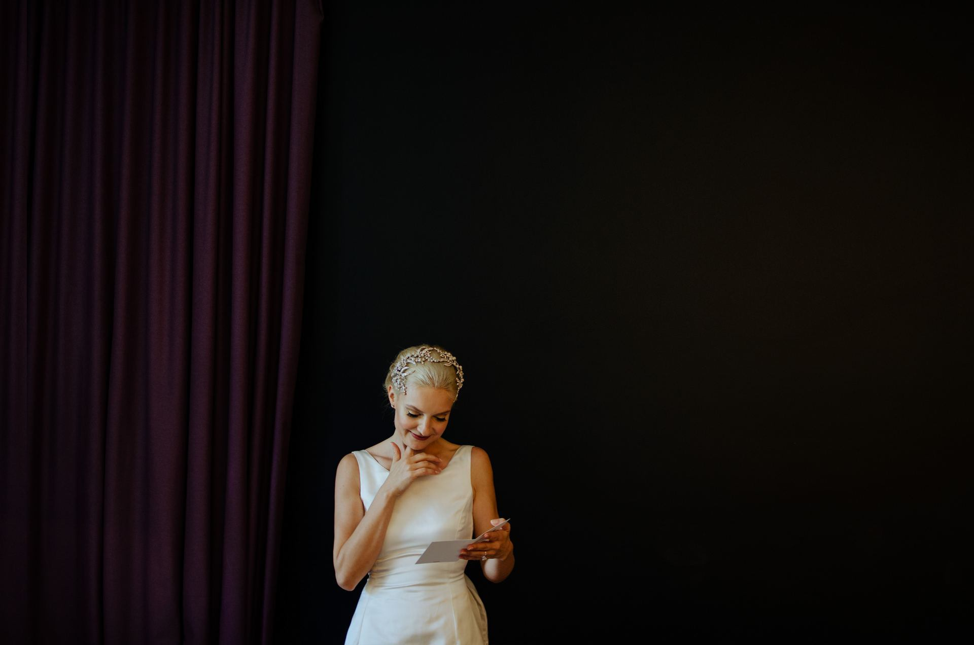 wedding photographer | homepage | 018 | bride reading letter