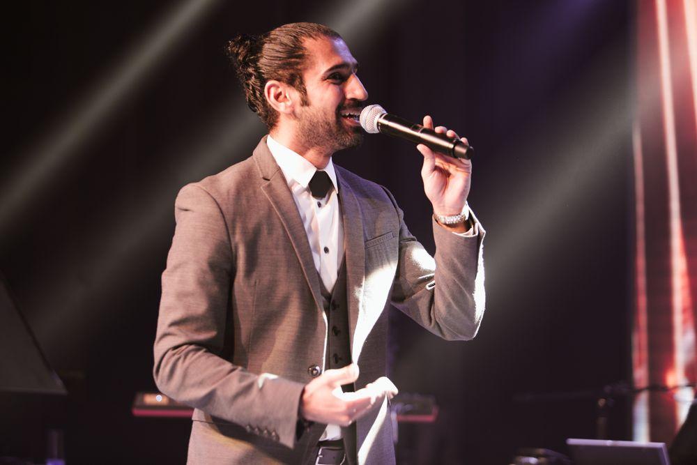 Wedding band in Dubai, Dubai wedding singer filmed by dubai wedding videographer